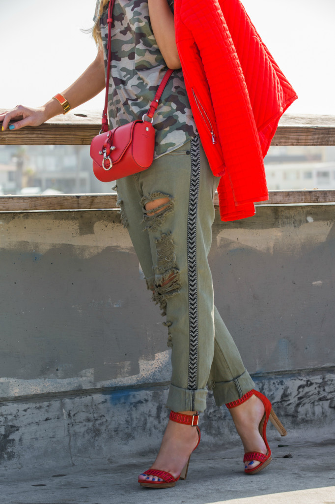 boyfriend jeans,ripped jeans,suede sandals,red shoes,red sandals