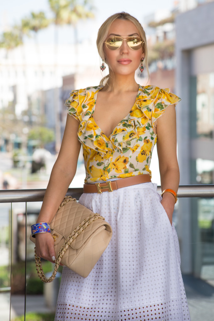 floral top,h belt,mirror aviator sunglasses
